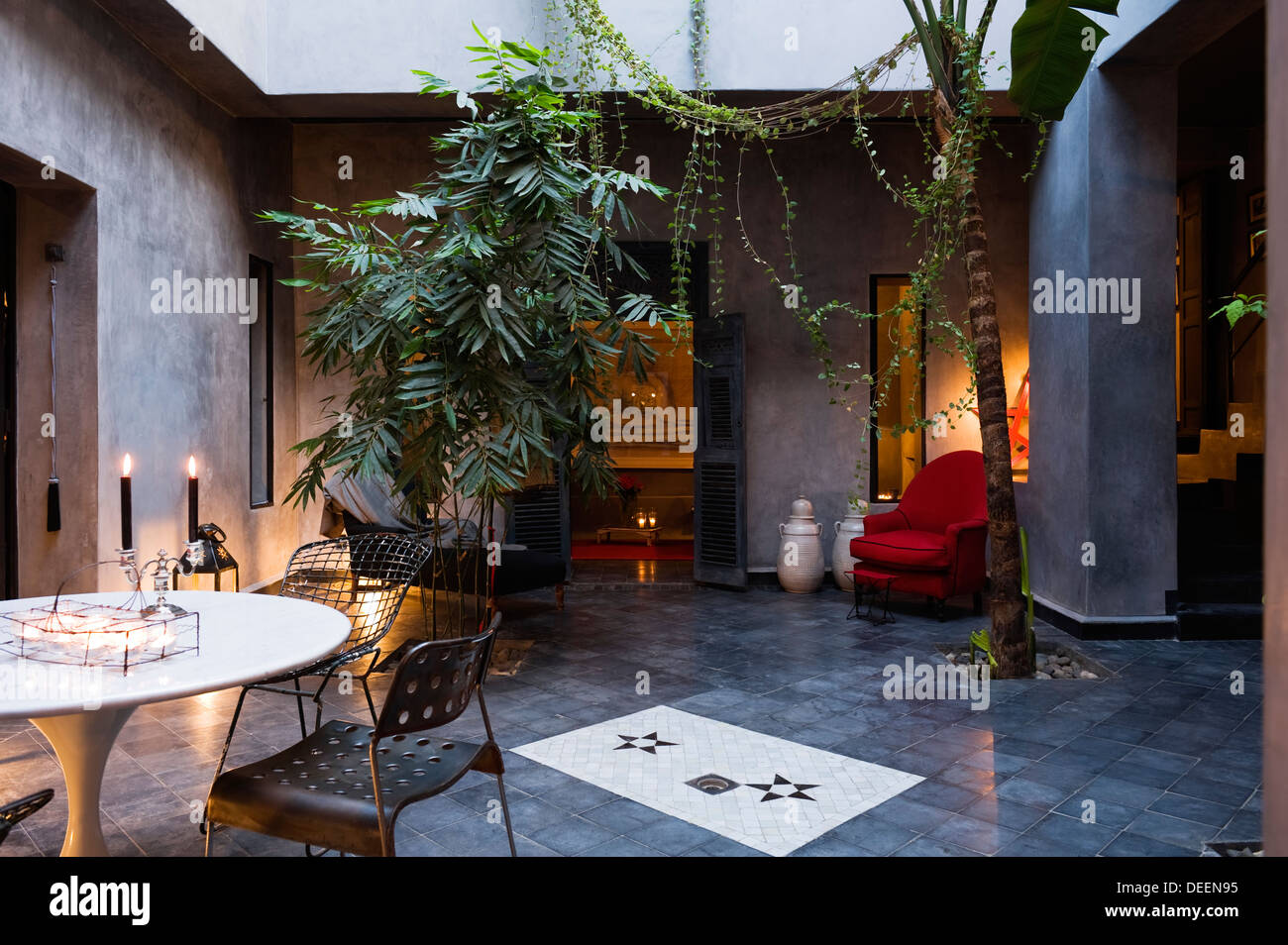 Marrakech cortile con piante di banana e palm tree con un pallido