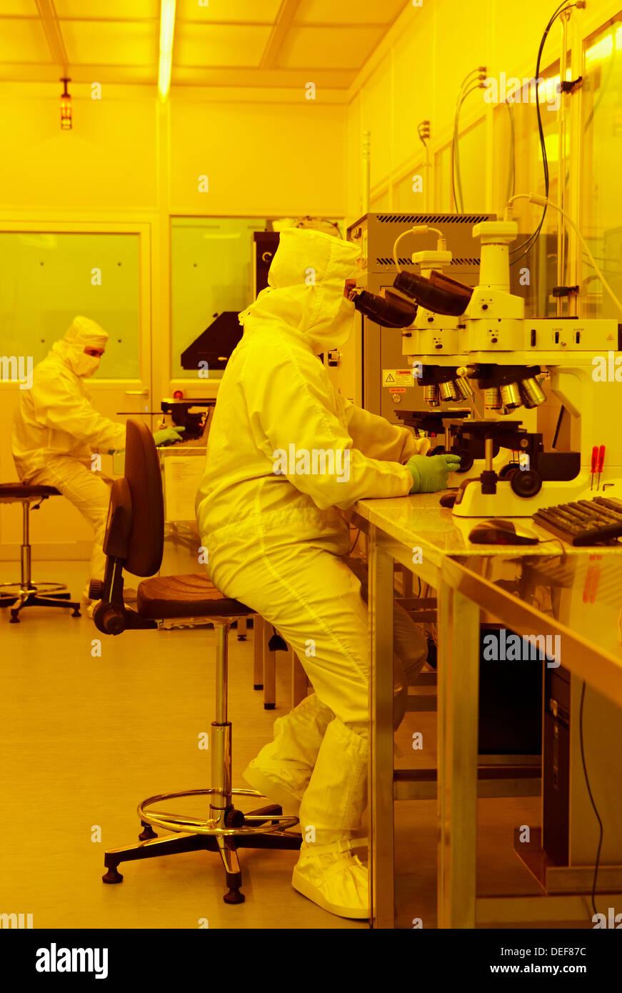 Cheking il processo fotolitografico risultati con un microscopio, camera pulita, CIC nanoGUNE, nanoscienza alla ricerca cooperativa Immagini Stock