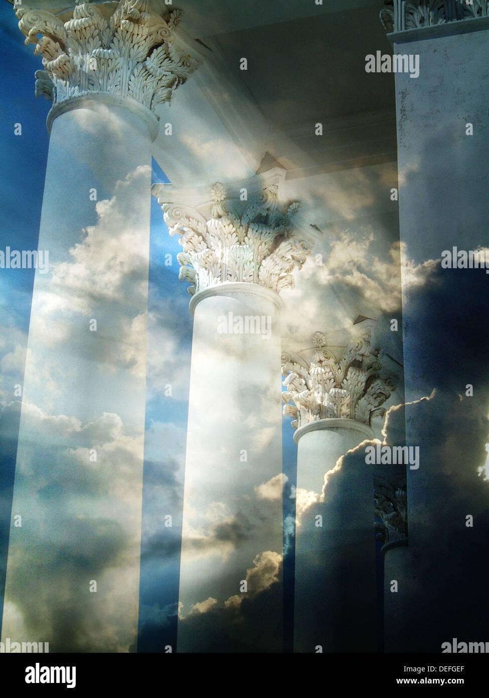 Riga Classica Di Pilastri Nuvoloso Sfondo Con Divina Luce Celeste