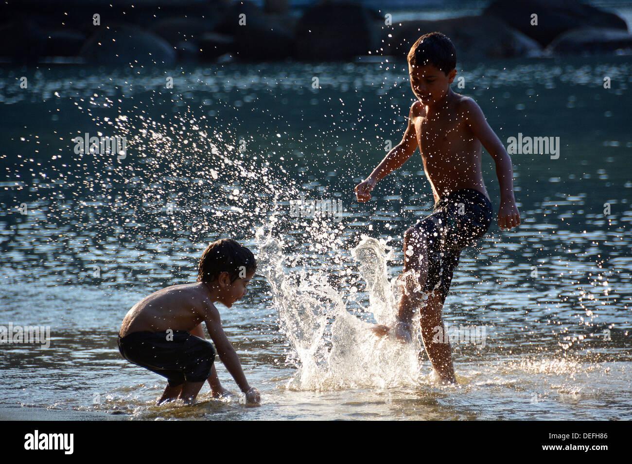 Bambini che giocano sulla spiaggia di lopes mendes, Ilha Grande, stato di Rio de janeiro, Brasile Immagini Stock