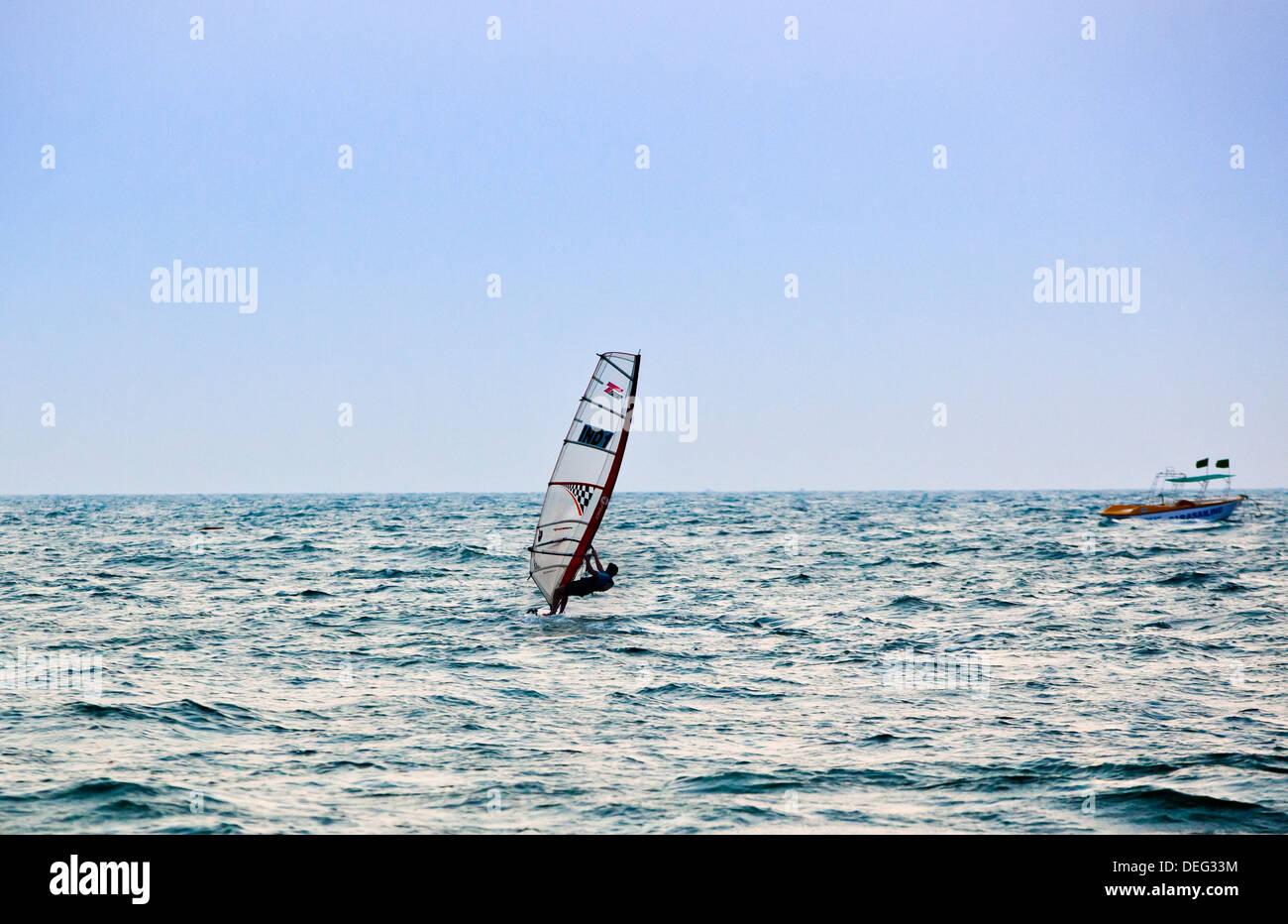 Persona wind surf nel mare, Candolim, Calangute, Bardez, Goa nord, Goa, India Immagini Stock