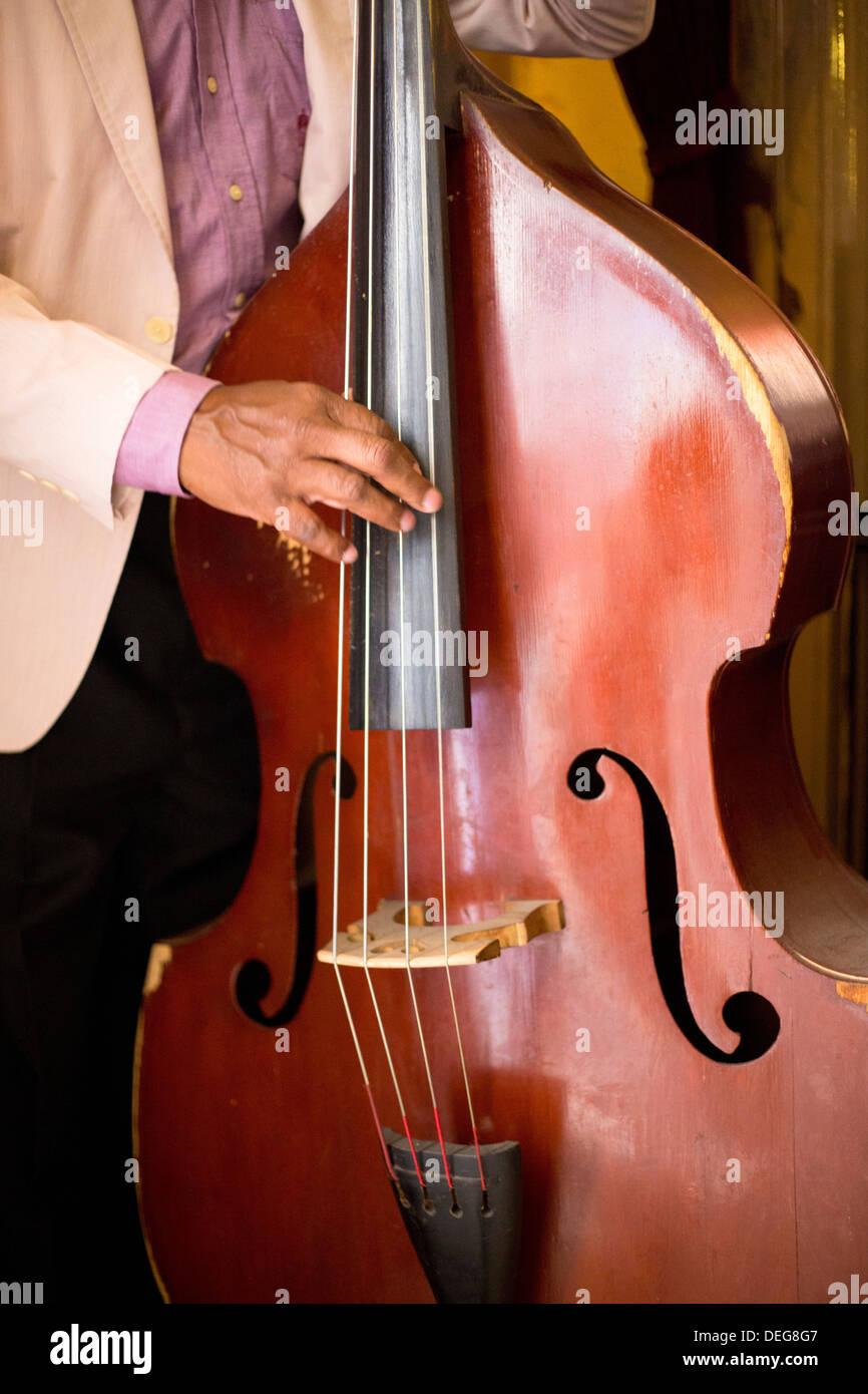 Dettaglio del contrabbasso giocato da un musicista locale nel Bar El Floridita, Havana, Cuba, West Indies, America Centrale Immagini Stock