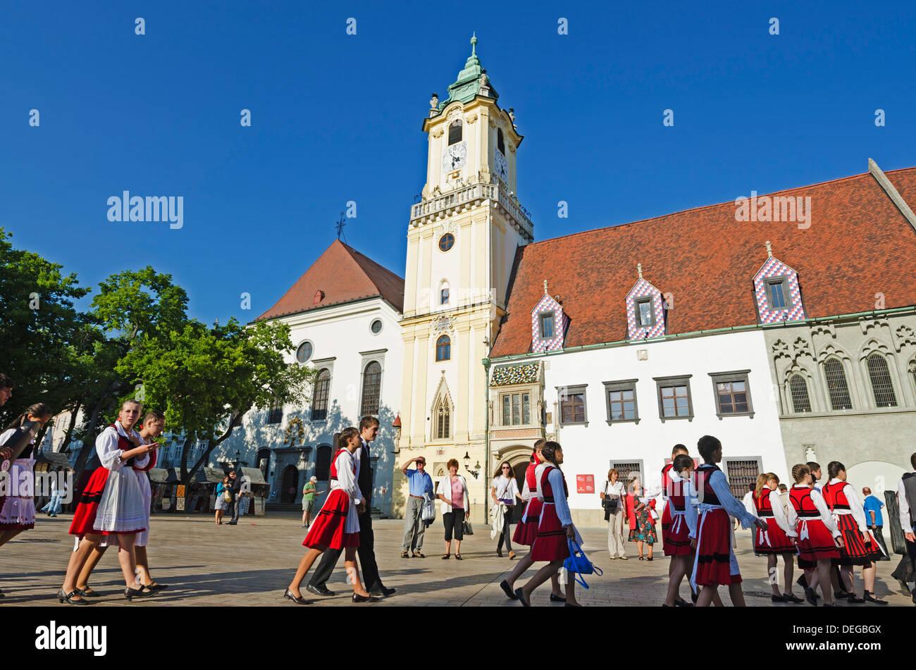 I bambini in costume tradizionale nella piazza principale, il Municipio vecchio museo municipale risalente al 1421, Bratislava, Slovacchia Immagini Stock