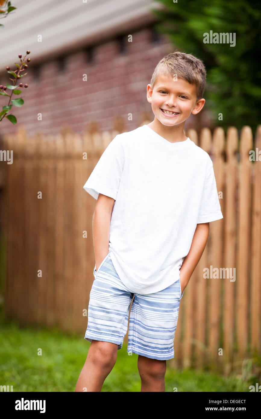 Ritratto di ragazzo con le mani nelle tasche Immagini Stock