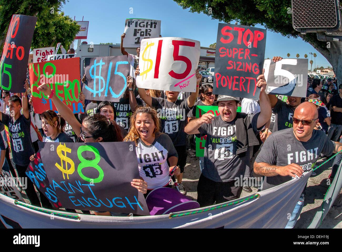 Multirazziale fast food i lavoratori si riuniscono per protestare contro i loro bassi salari minimi e di esigere un $15 per ora al di fuori dei salari un MacDonald's. Immagini Stock