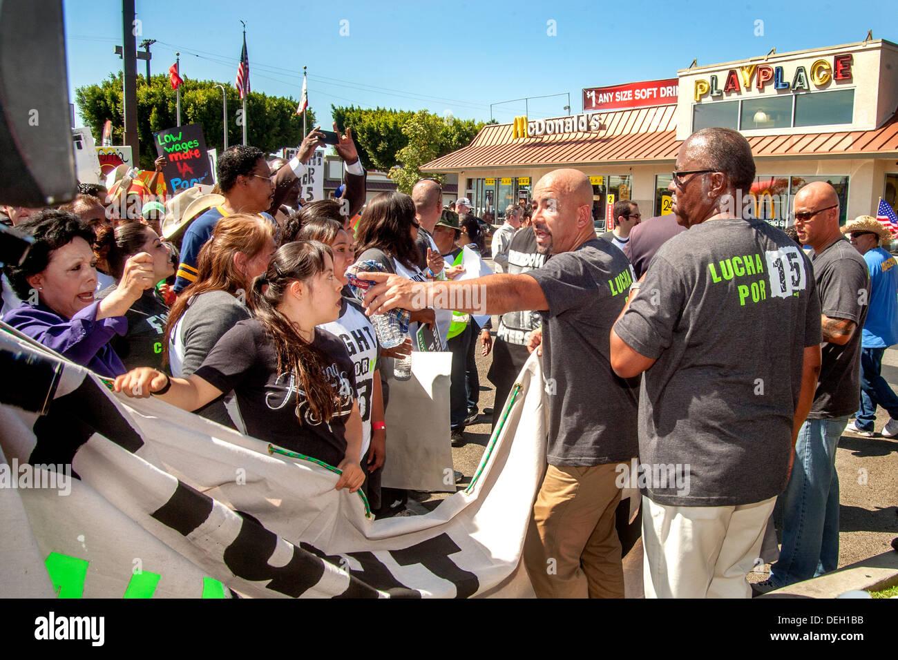 Il fast food i lavoratori si riuniscono per protestare contro i loro bassi salari minimi e di esigere un $15 per salario ora al di fuori di un ristorante MacDonald's. Immagini Stock