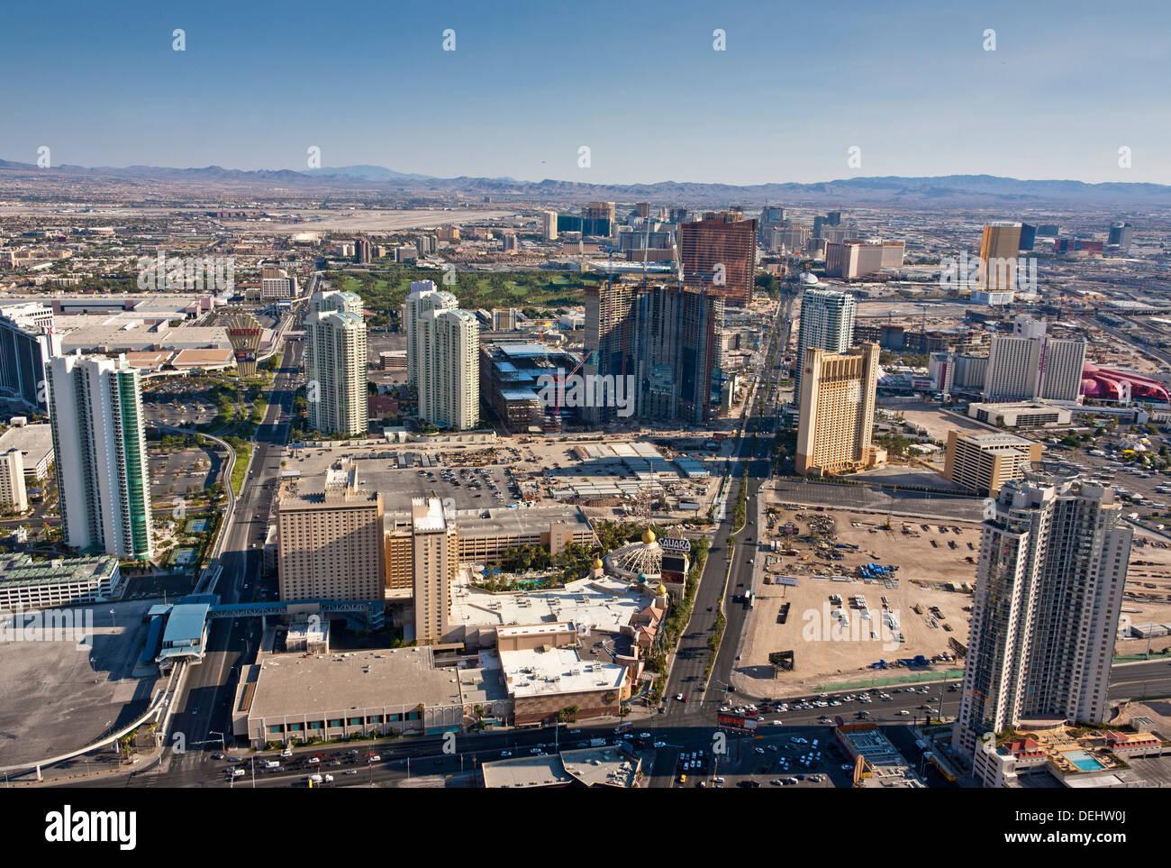 Las Vegas Nevada USA la striscia visto dalla torre di Stratosphere Casino Hotel e con Hilton sinistra e Sahara. Foto Stock