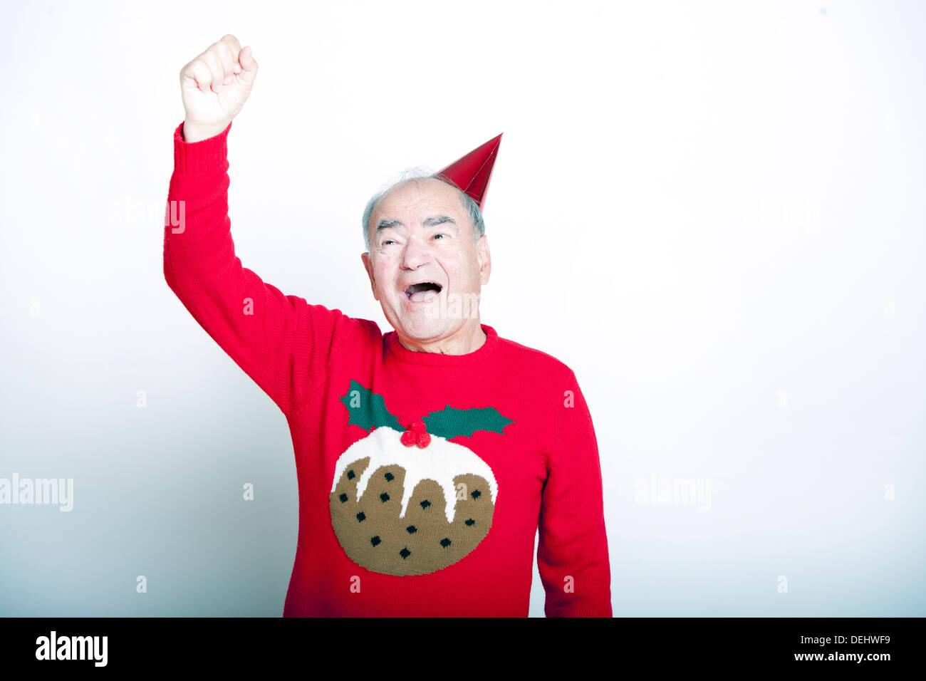 Senior uomo adulto che indossa il Natale il ponticello alzando il braccio l'aria Foto Stock
