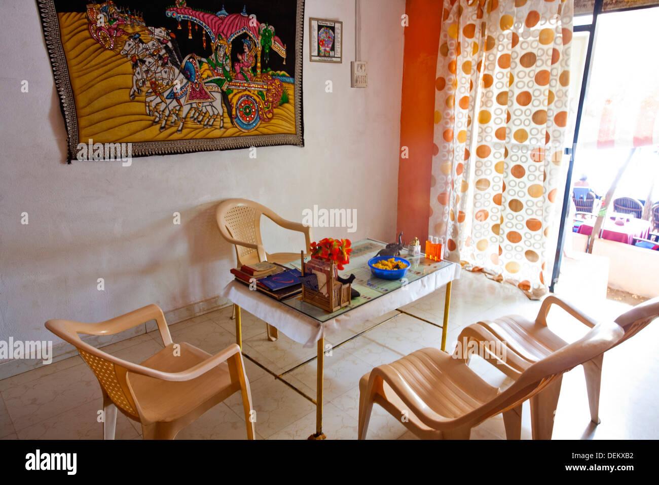 Tavolo e sedie in una spa, Arti favolosa cura del corpo, Arambol, Goa nord, Goa, India Immagini Stock