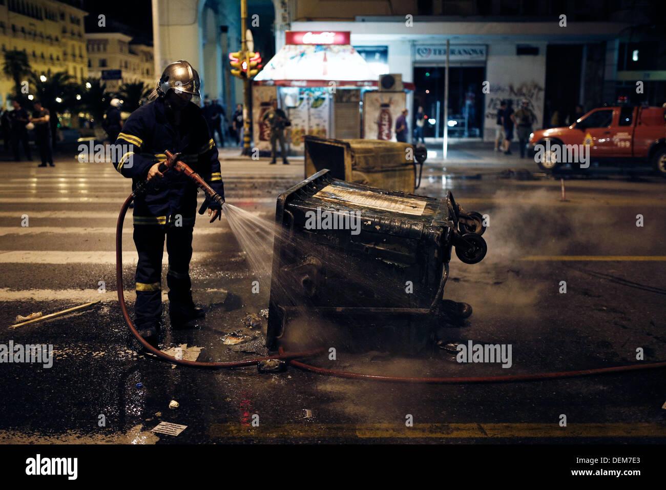 Salonicco, Grecia. Xx Settembre 2013. Pompiere spegne il fuoco nel cestino dopo la protesta antifascista. Rally antifasciste per protestare contro la accoltellato di Pavlos Fyssas Killah (P) che morì presto Mercoledì, nel sobborgo di Nikaia vicino ad Atene il Giovedì, Settembre 19, 2013. Credito: Konstantinos Tsakalidis/Alamy Live News Immagini Stock