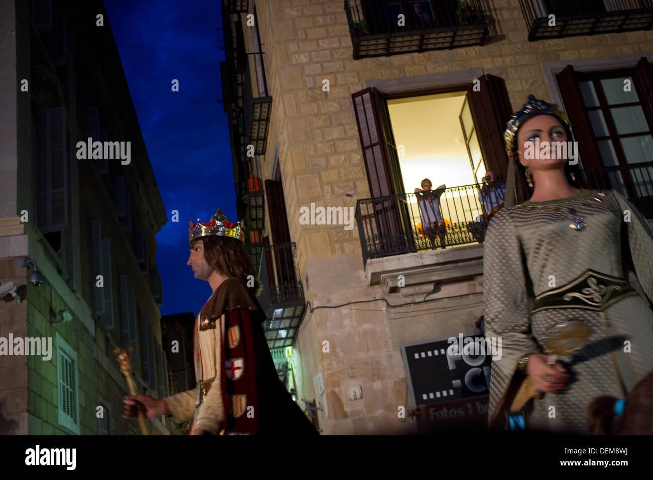 Barcellona, Spagna. Xx Settembre 2013. Tradizionale giganti catalana andare attraverso un balcone. Con la tradizionale Foto Stock