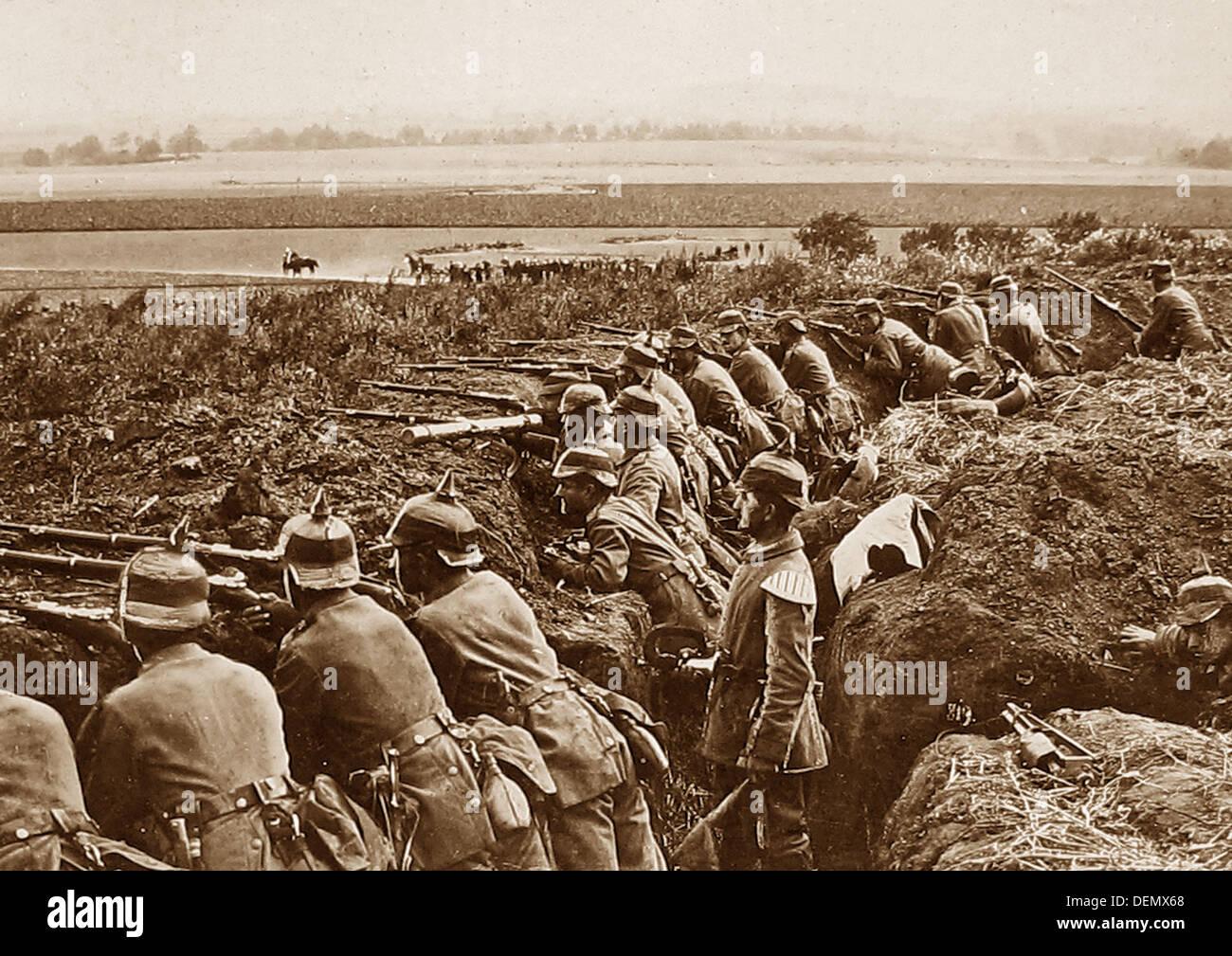 La fanteria tedesca in una trincea durante il WW1 Immagini Stock