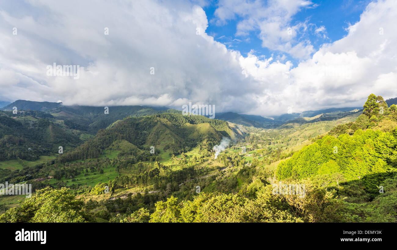 COLOMBIA - circa 2013: giorno nel Salento e del panorama della piantagione di caffè e un paesaggio verde Immagini Stock