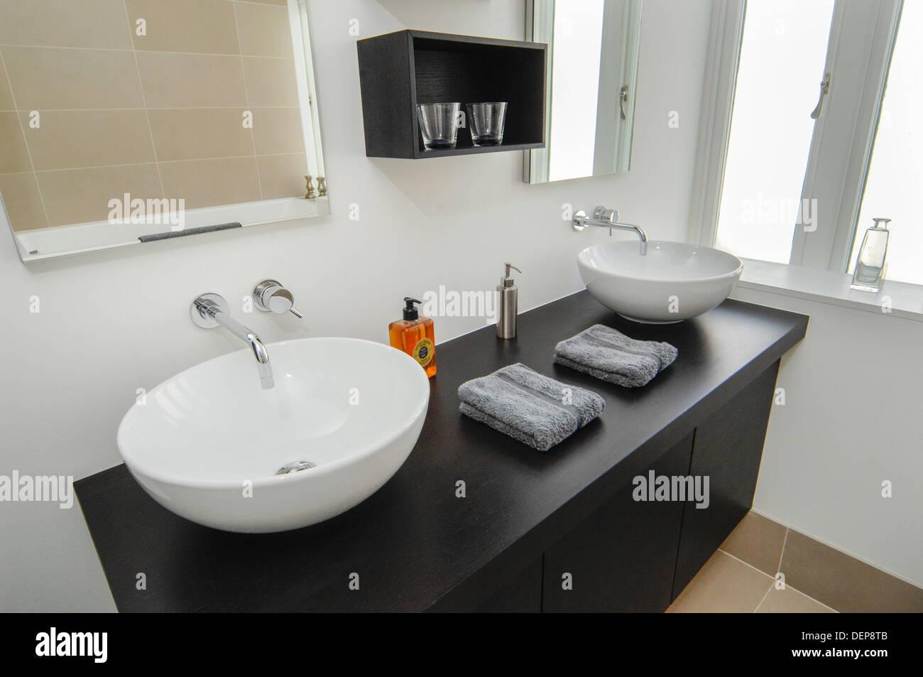 Luminosa e moderna stanza da bagno designer di interni foto