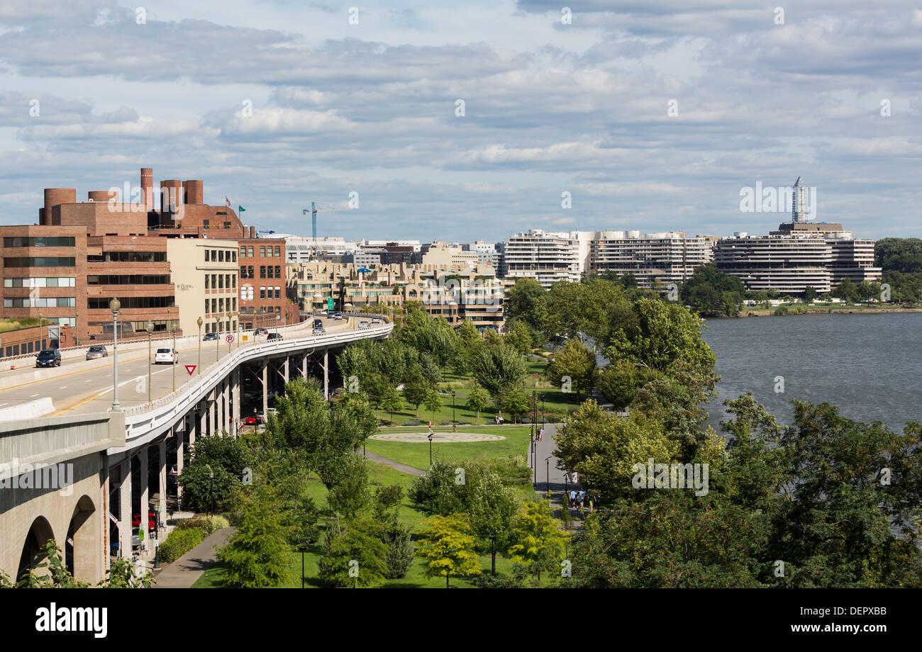 Whitehurst Freeway US Route 29 sulle rive del Potomac che portano alla costruzione del Watergate a Washington DC, Stati Uniti d'America Immagini Stock