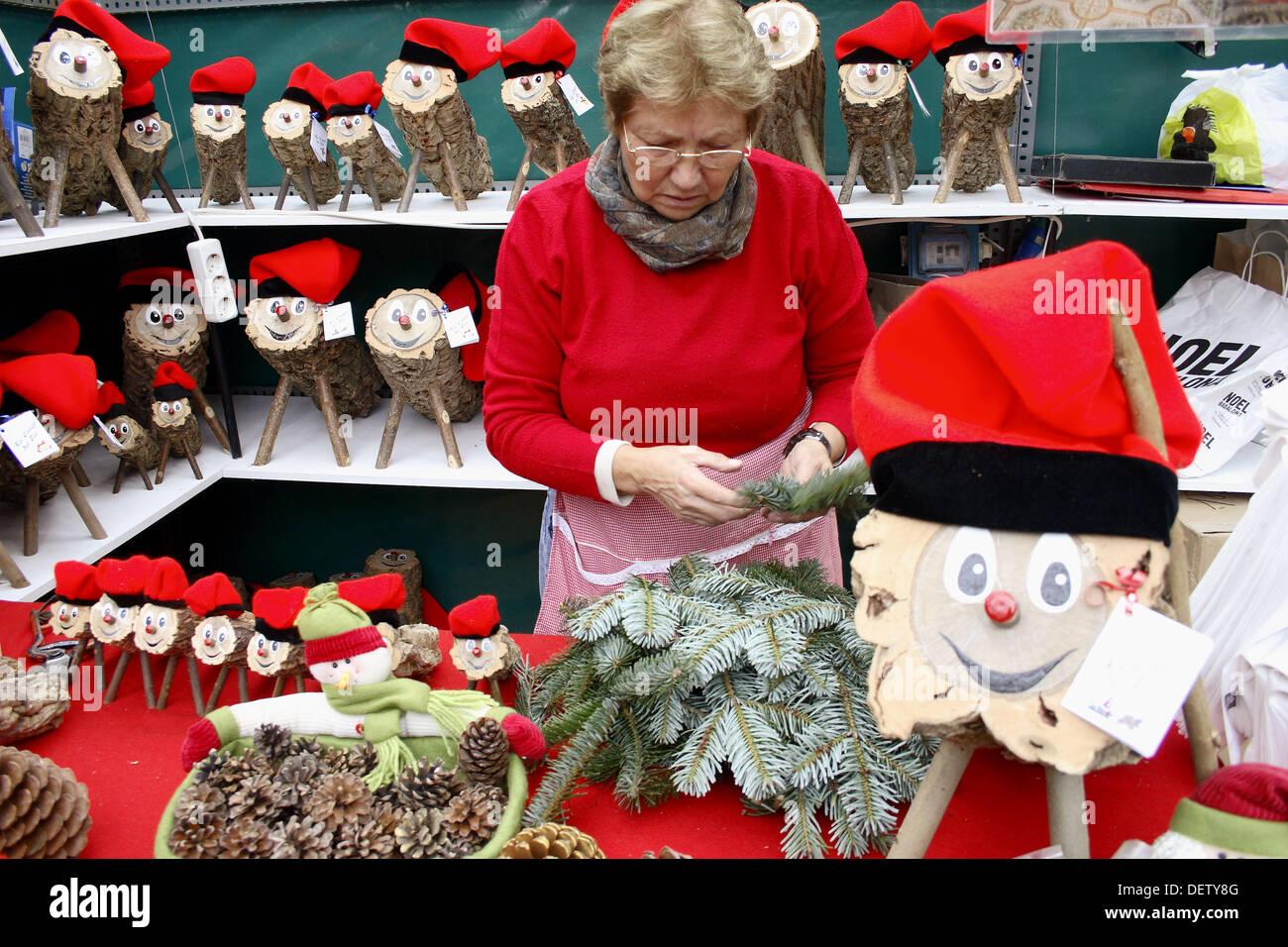 I registri di Natale (carattere mitologico relative ad una tradizione di Natale in Catalogna) in vendita presso la Sagrada Familia natale Immagini Stock