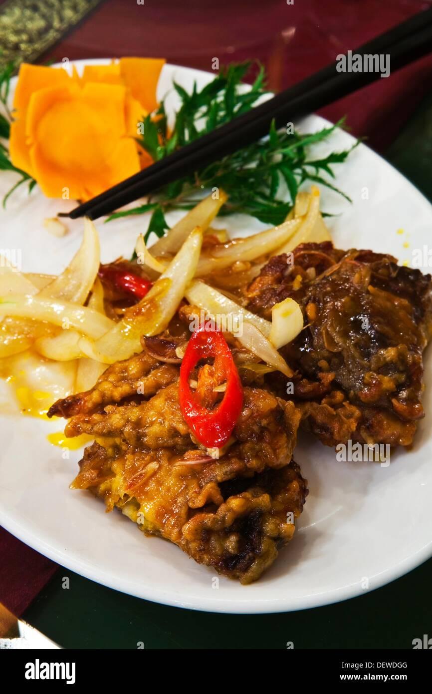 Fritte al guscio morbido granchio di mare con salsa di tamarindo Wild Lotus Ristorante Hanoi Vietnam. Immagini Stock