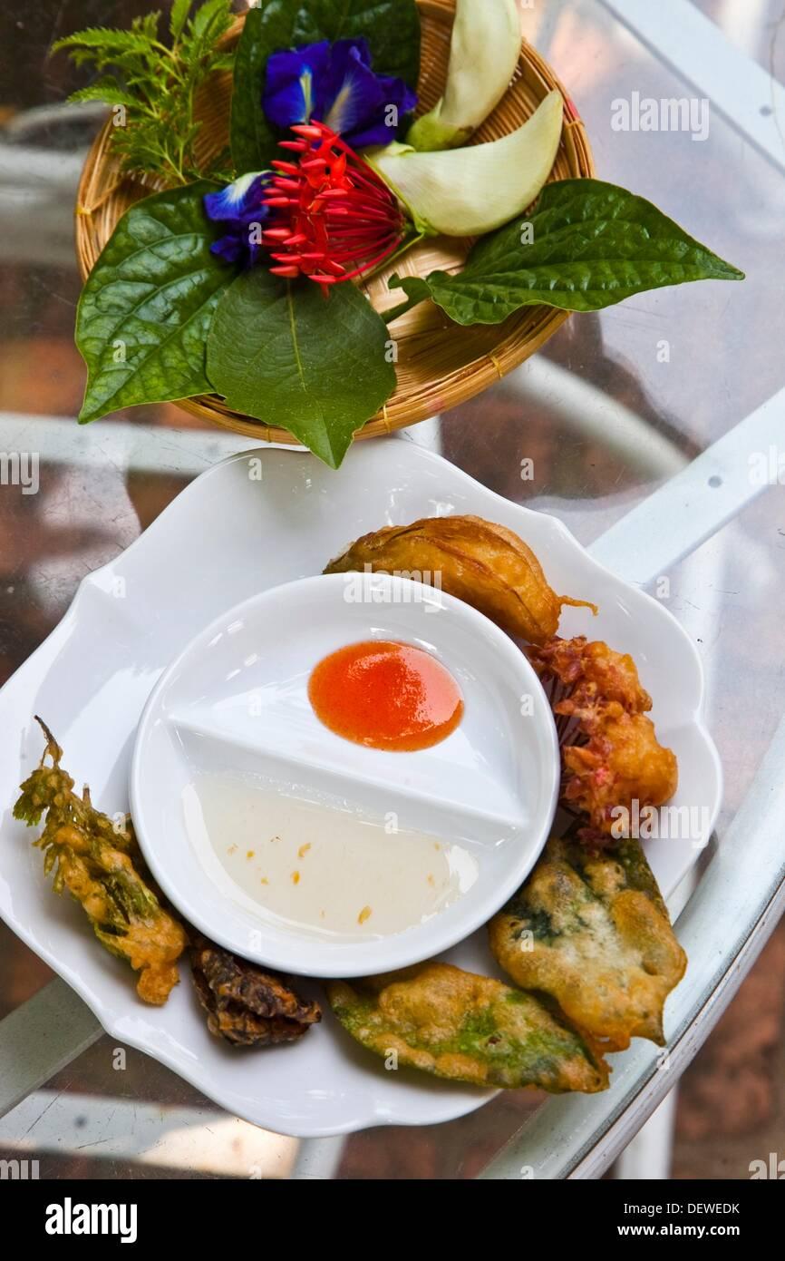Thailandese Scuola di Cucina Tailandese Amita Cooking class fiori prima e dopo la cottura di Bangkok in Thailandia. Immagini Stock