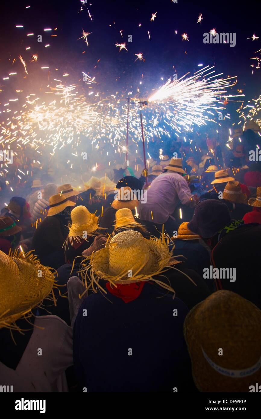 """""""Correfoc' Catalan tradizionale festa il 16 agosto dove la gente vestita come diavoli fuochi d'artificio di luce mentre Dancing in the street, Immagini Stock"""