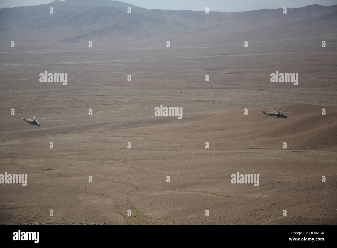 Afghan Air Force Mi-35 Hind elicotteri condurre un live fire esercizio per aiutare a sviluppare la Afghan Tactical Air coordinatori nella provincia di Logar, Afghanistan, Sett. 18, 2013. Il programma ATAC aiuterà l esercito nazionale afgano soldati sul terreno integrare Immagini Stock