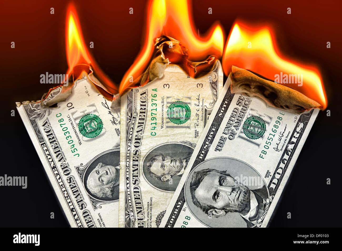 Masterizzazione di segni di dollaro, stato di indebitamento degli STATI UNITI D'AMERICA, Brennende Dollarnoten, Staatsverschuldung der USA Immagini Stock