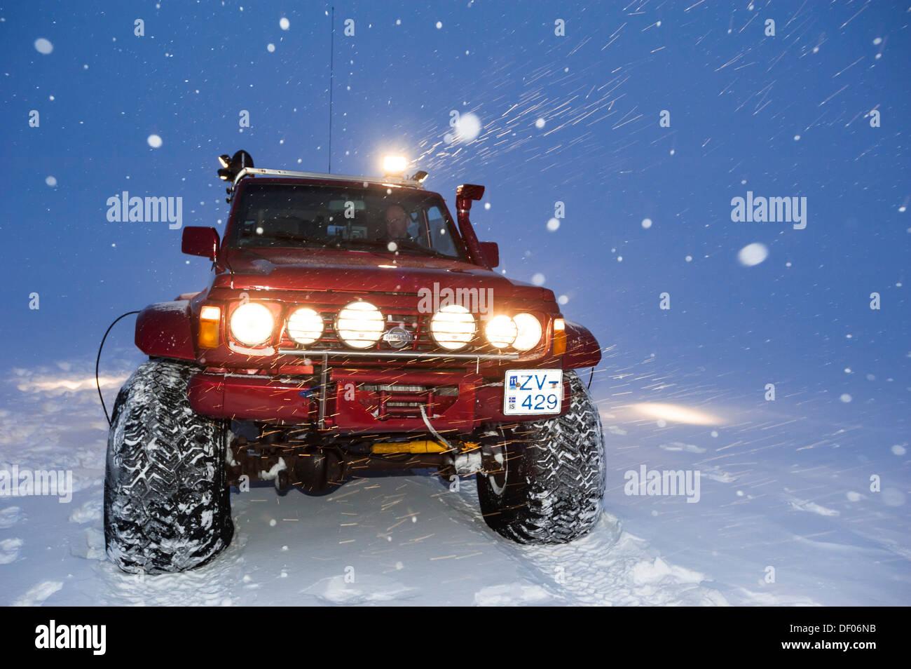 Super Jeep in una tempesta di neve, il paesaggio invernale, ghiacciaio Vatnajoekull, islandese Highlands, Islanda, Europa Immagini Stock