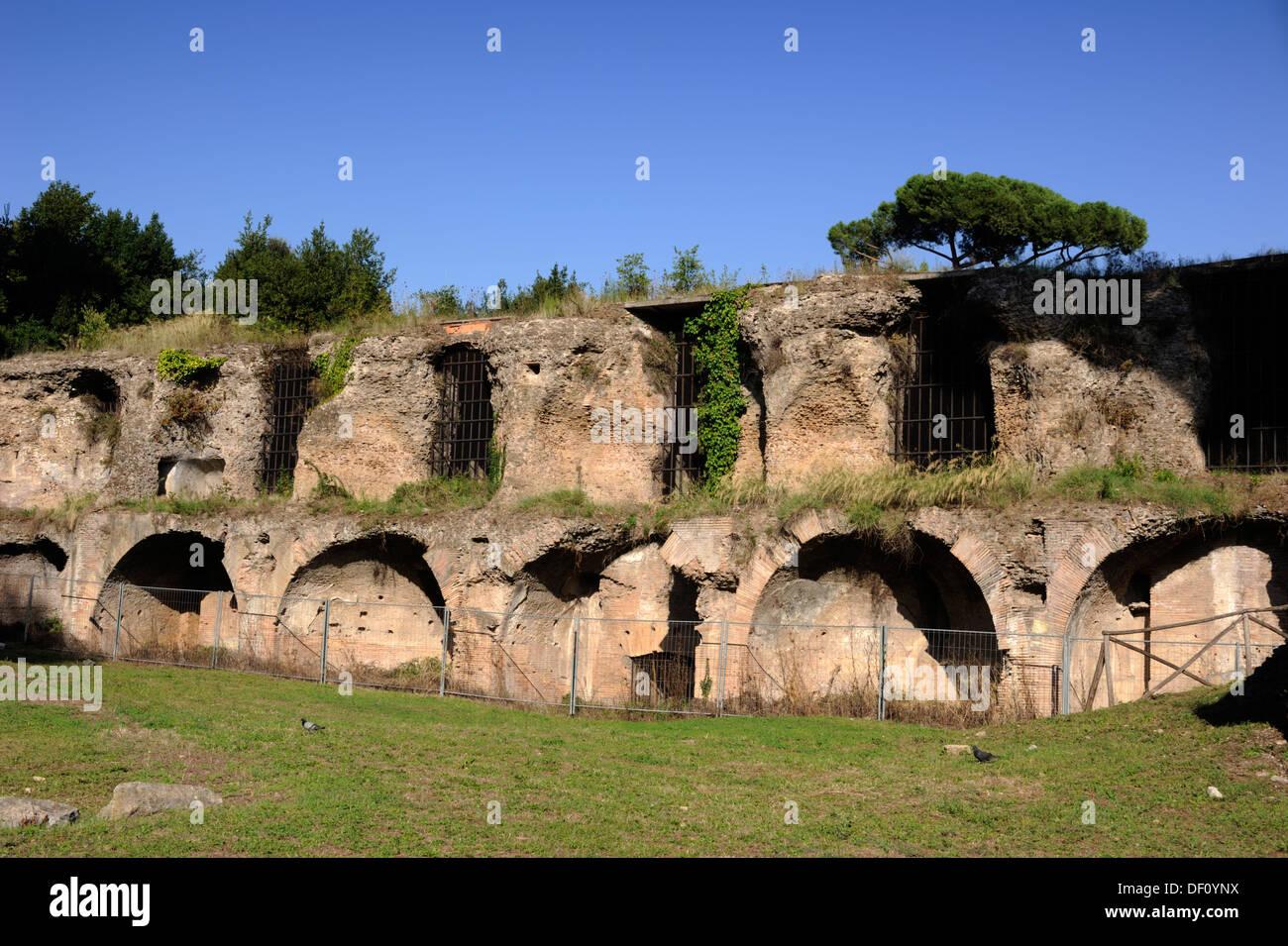 Italia, Roma, colle Oppio (colle Oppio), Terme di Traiano, cisterne delle sette vendita, antica cisterna romana Immagini Stock