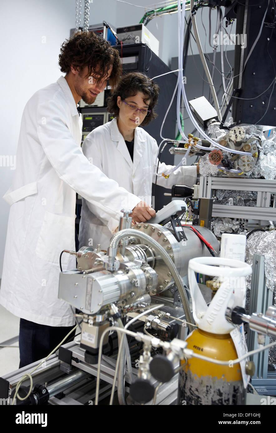 Photoemission Spectroscopy in ultra alto vuoto (UHV), Nanophysics laboratorio di fisica dei materiali Center è un centro comune di Immagini Stock