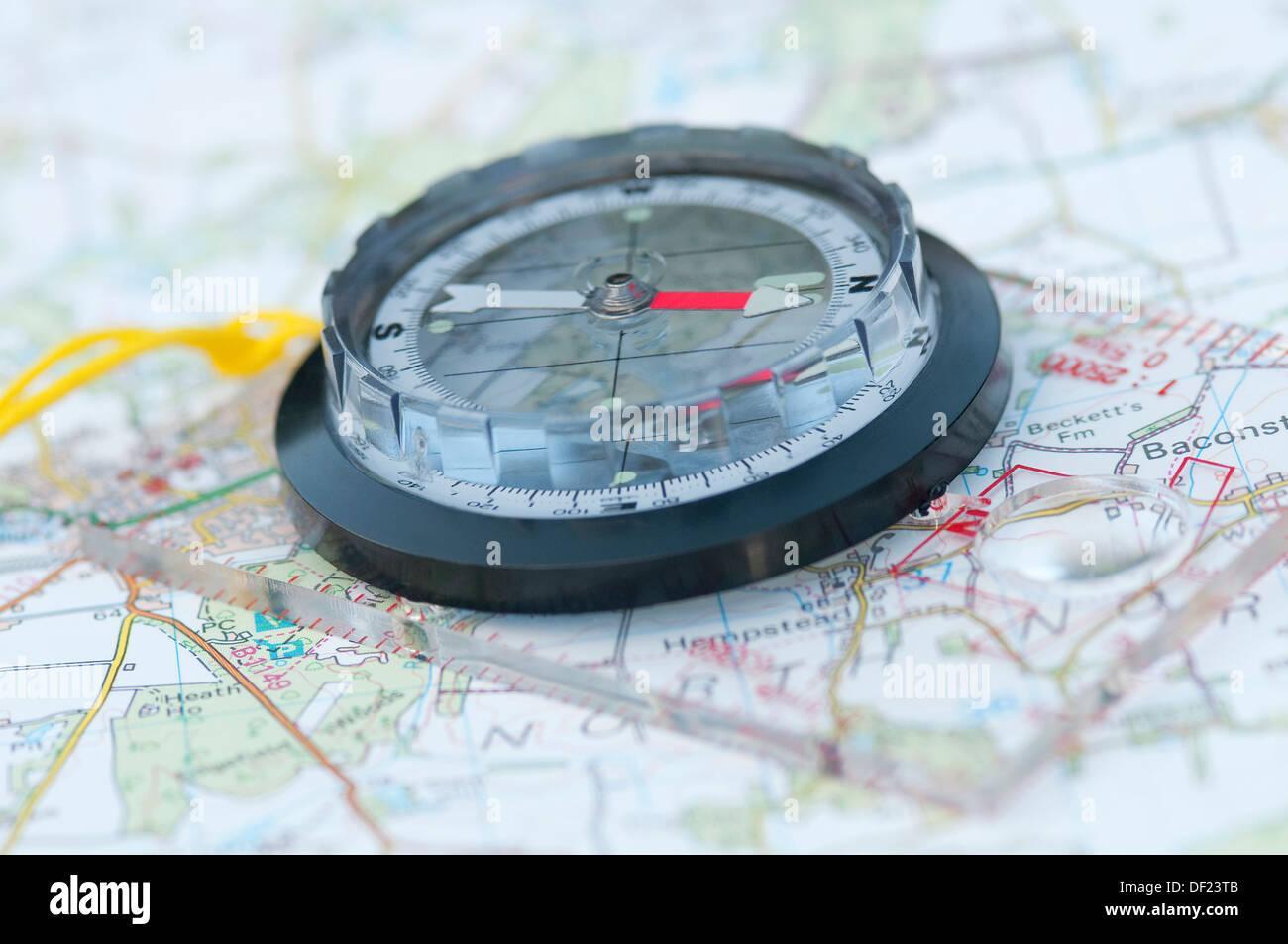Bussola su Ordnance Survey map Immagini Stock