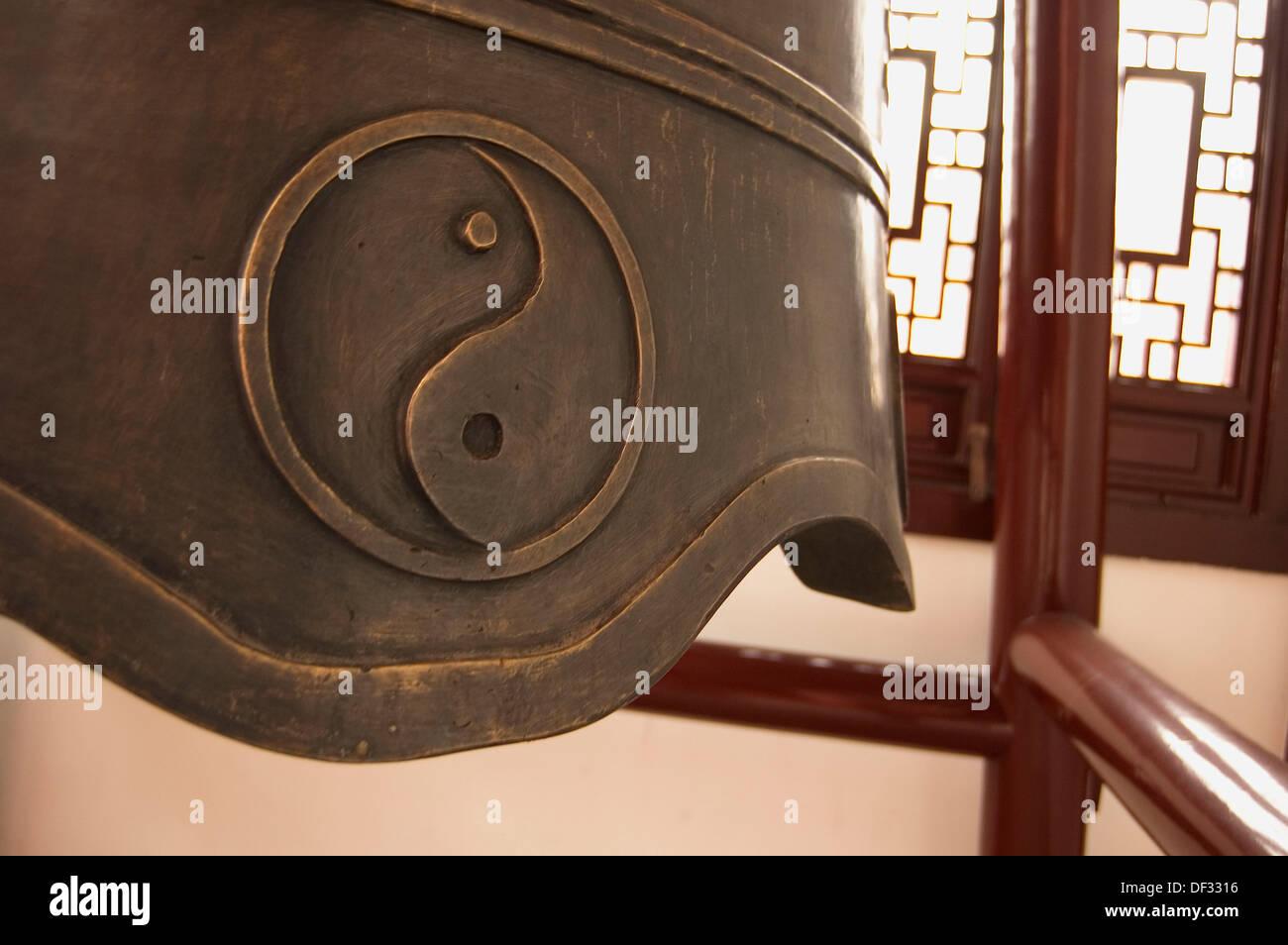Campana in bronzo con ying yang il simbolo nel Tempio Taoista. Shanghai. Cina Immagini Stock