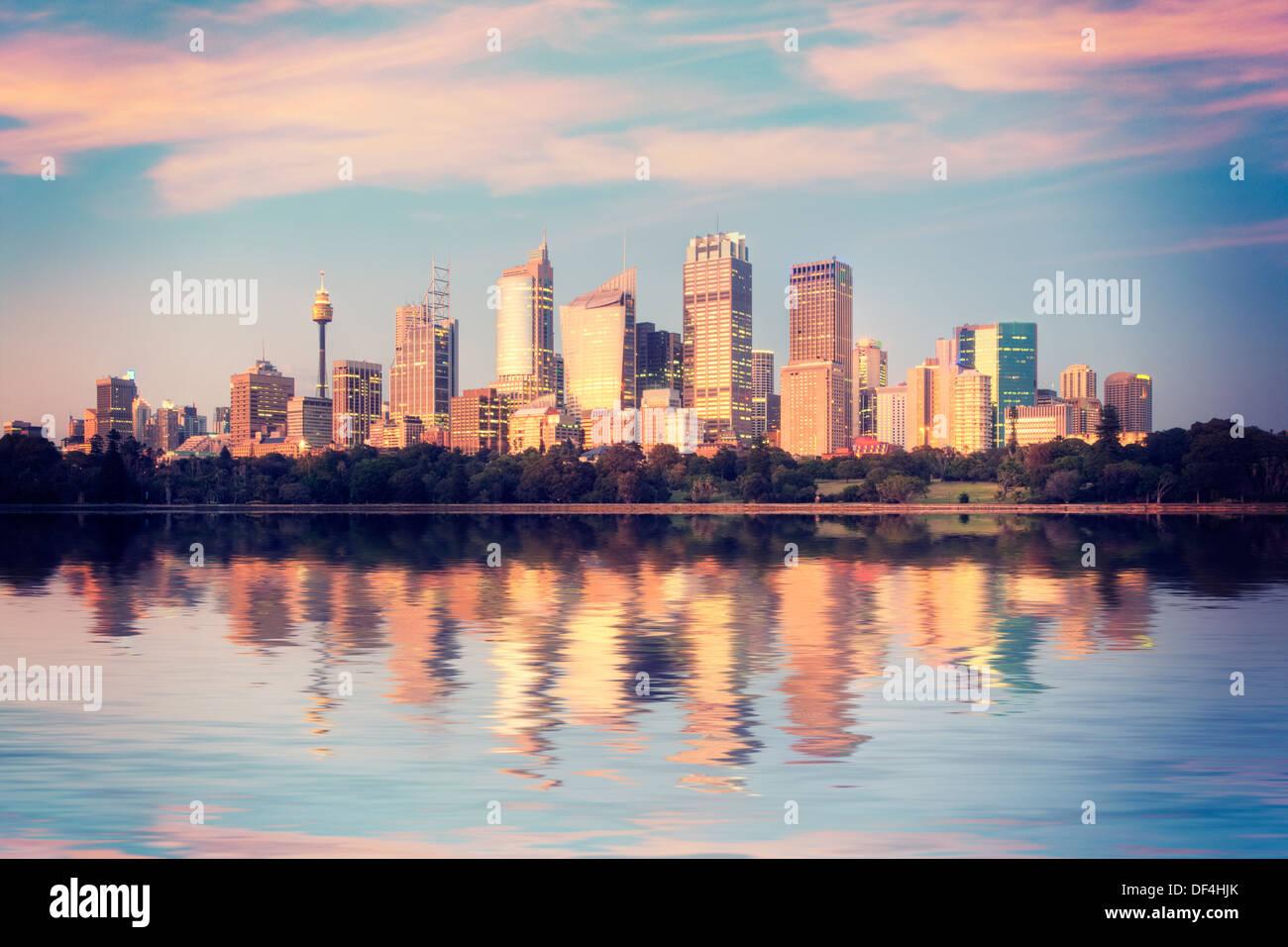Skyline di Sydney da Mrs Macquarie's punto all'alba, i primi raggi del sole sono illuminando i grattacieli Immagini Stock
