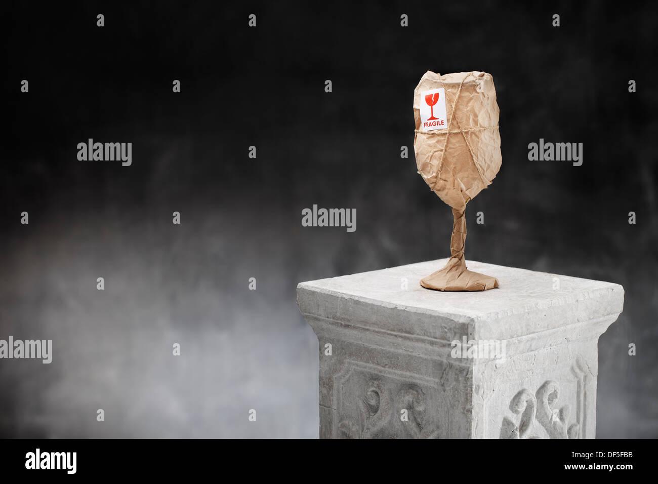 Ovviamente un fragile oggetto avvolto in carta e con un 'Fragile' adesivo. Immagini Stock