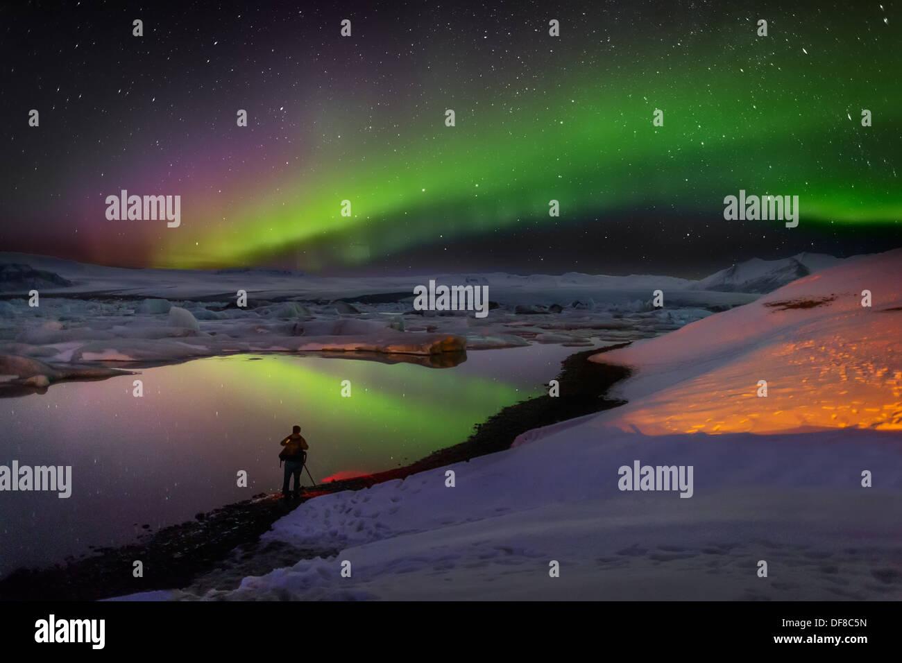 Scattare foto delle luci del nord a Jokulsarlon, Breidarmerkurjokull, Vatnajokull calotta di ghiaccio, Islanda. Immagini Stock