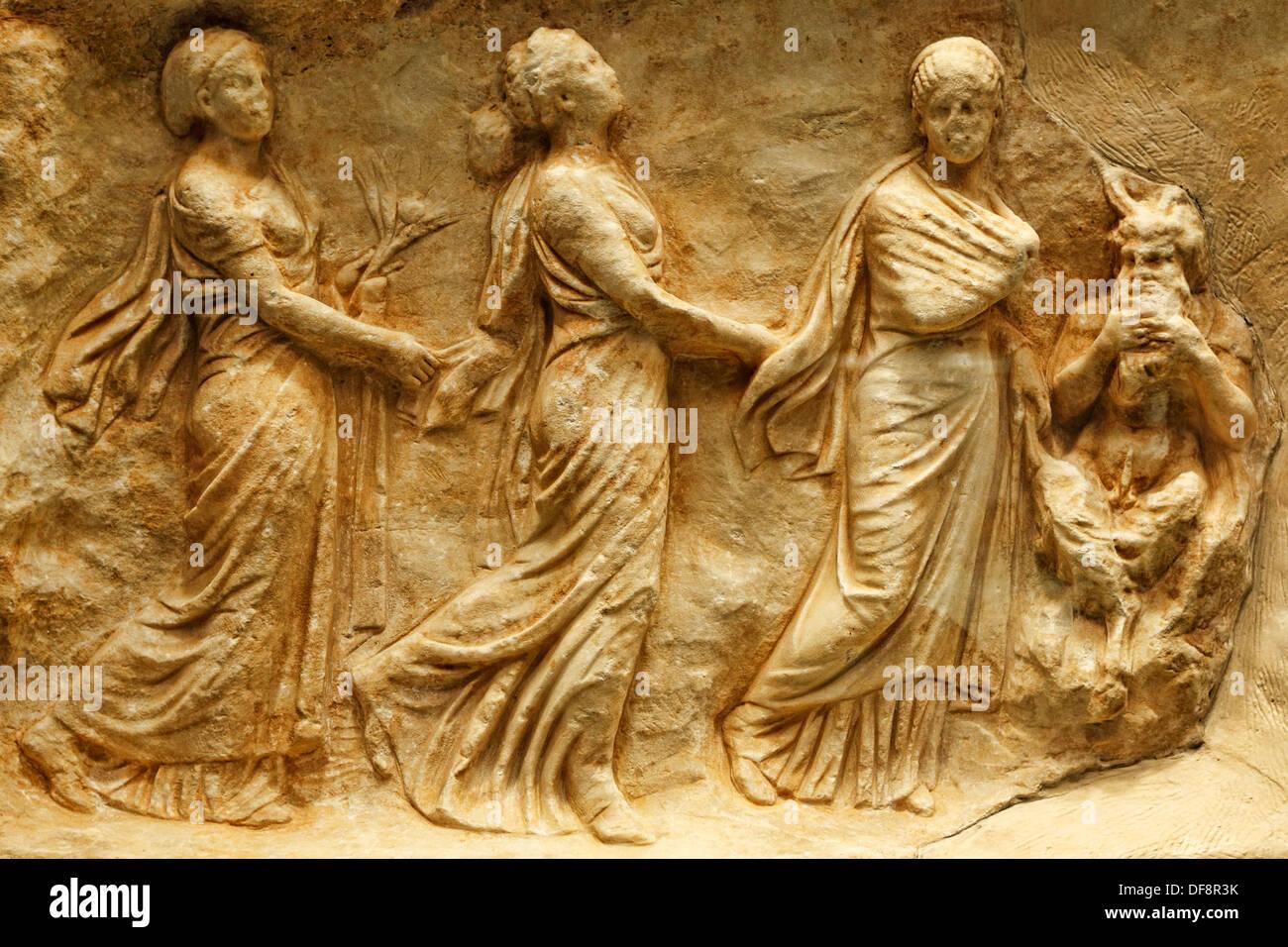 Le tre ninfe o ore danza al suono dei tubi svolto dal Pan (330-320 a.C.) in Museo Nazionale, Grecia Immagini Stock