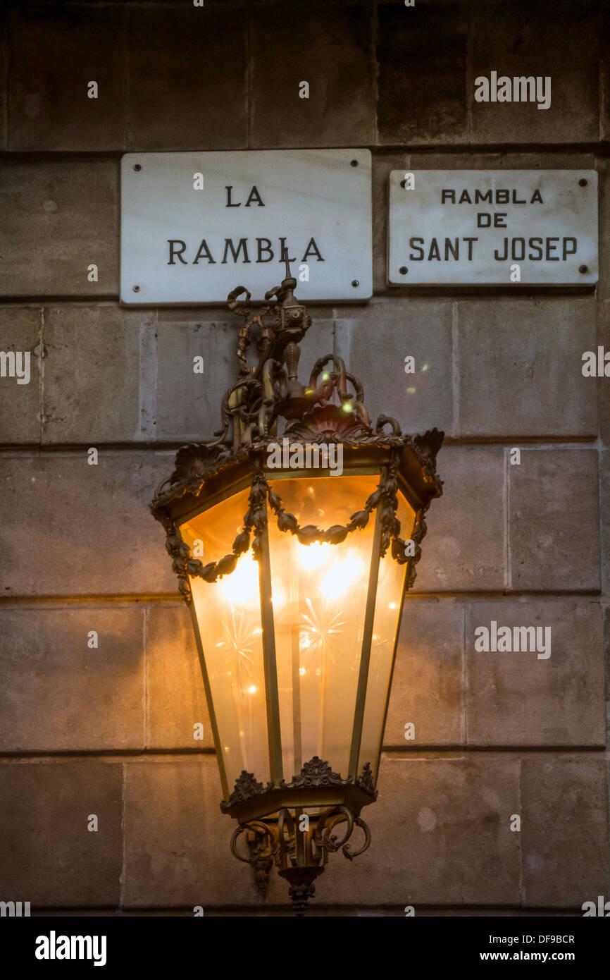 Via la luce e segno su La Rambla Barcelona Ramblas, Barcelona Immagini Stock