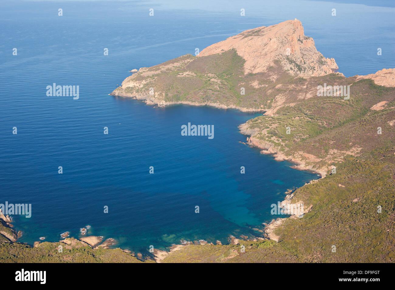 Promontorio roccioso (vista aerea). 331-metro-alta Capo Rosso / Capu Rossu, Corsica, Francia. Immagini Stock