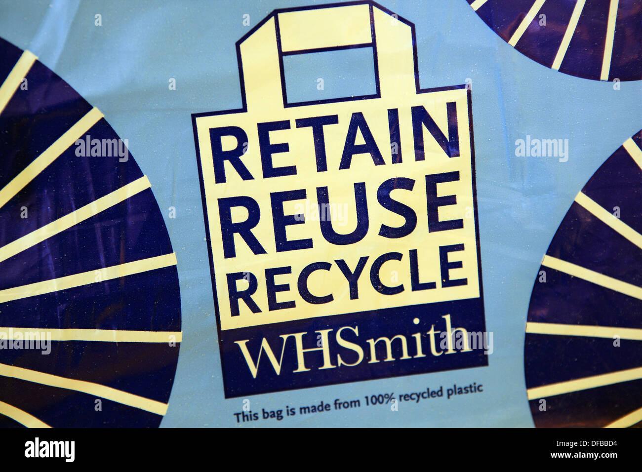 W H Smith il riutilizzo e il riciclo di borsa di trasporto Immagini Stock