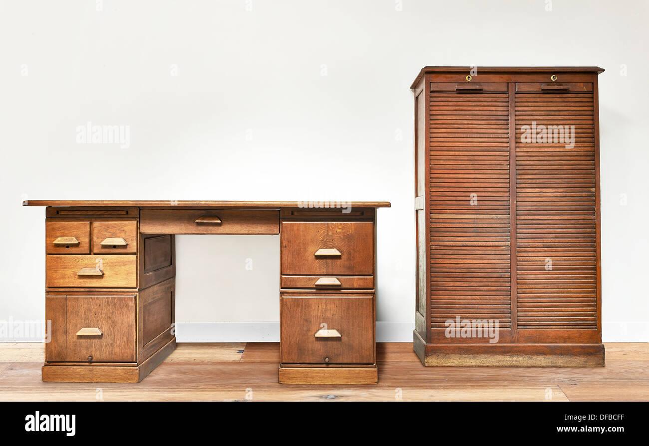 Scrivania Vintage Legno : Vintage scrivania in una stanza con pavimento in legno foto
