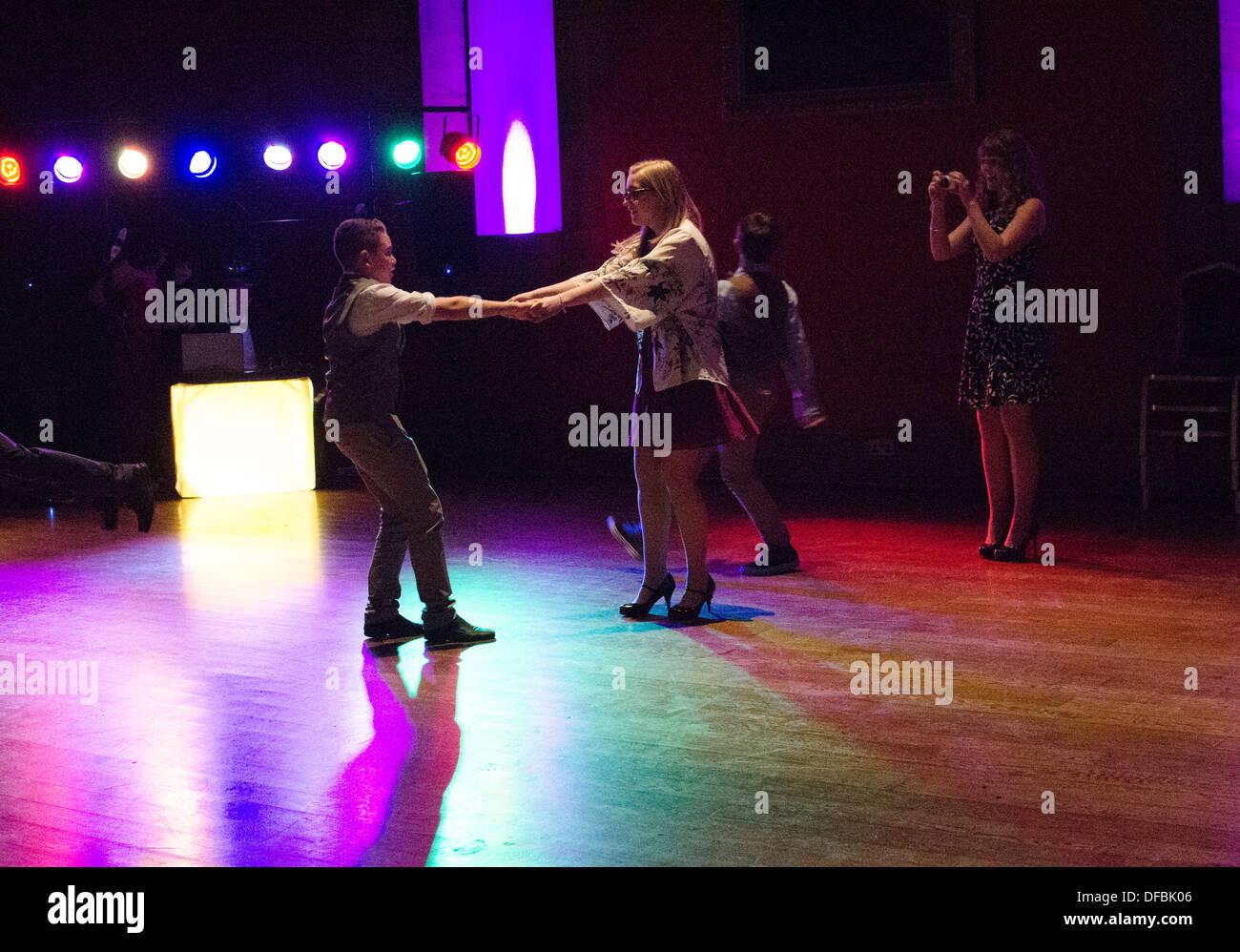 Giovani danze ad un ricevimento di nozze Immagini Stock