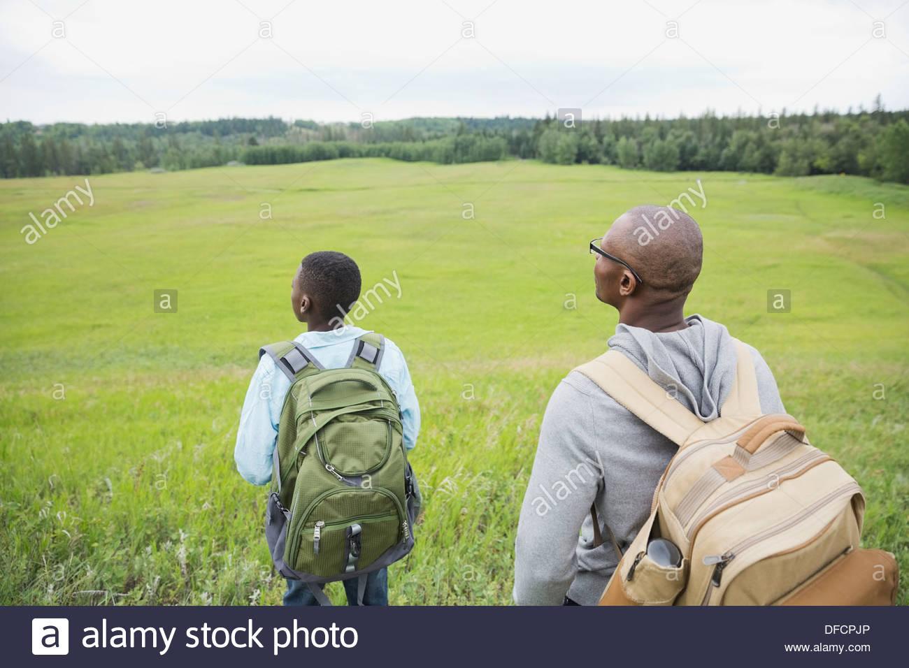 Padre e figlio che si affaccia sul campo Immagini Stock