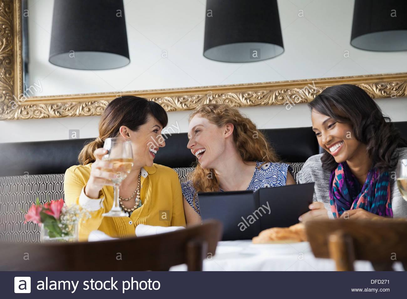 Allegro amiche per mangiare fuori Immagini Stock