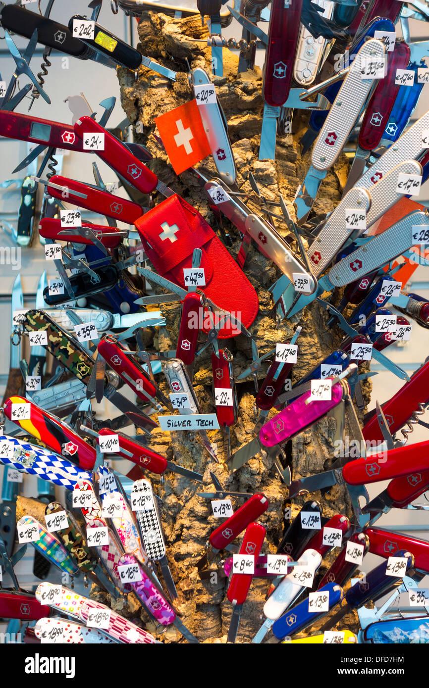 Originale Victorinox Swiss Army coltelli in molti colori sul display in un negozio tedesco finestra. Immagini Stock