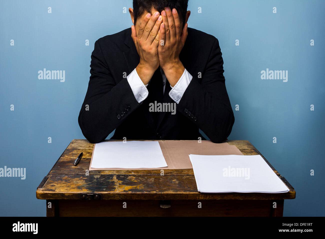 Stanco e frustrato imprenditore con documenti importanti Immagini Stock