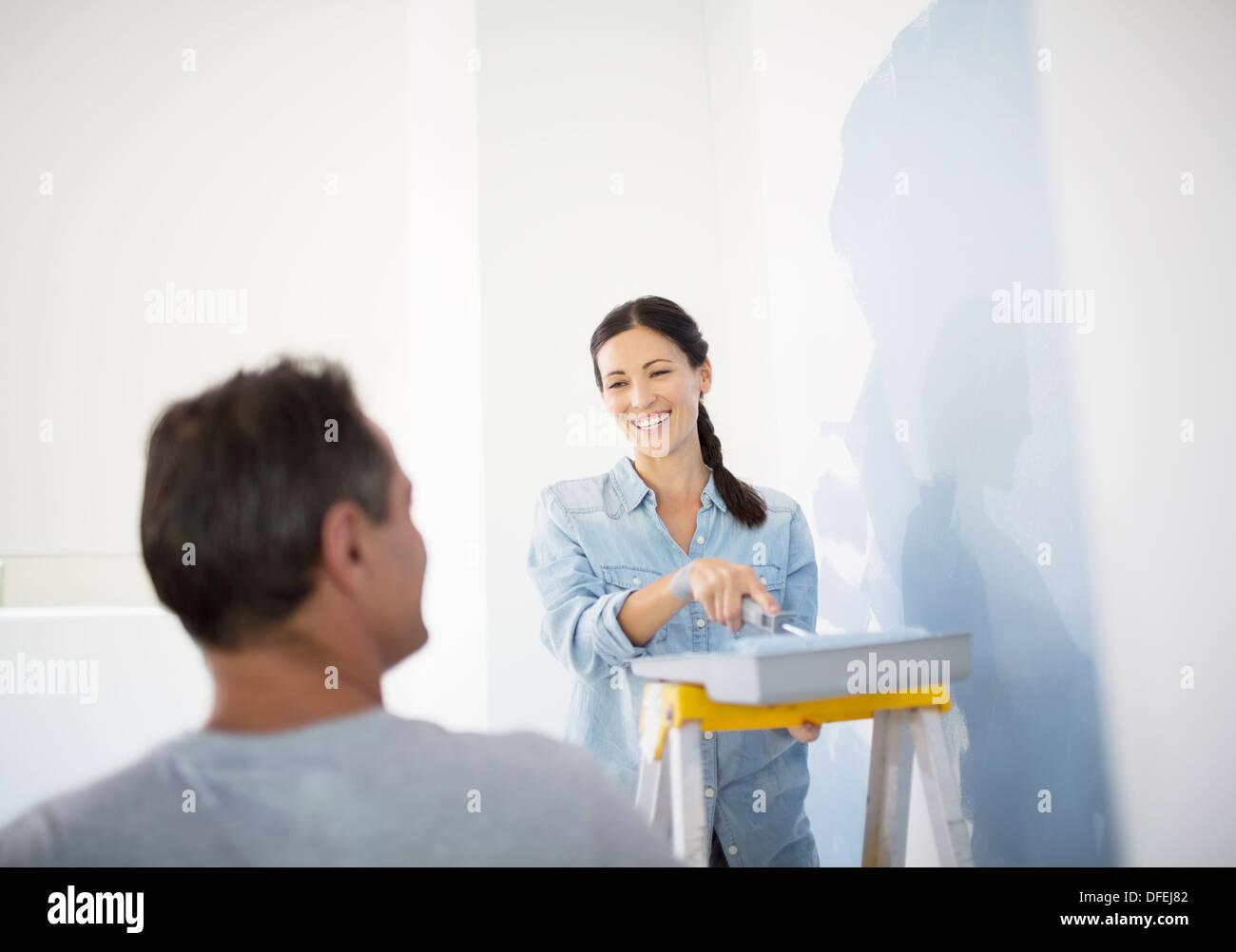 Giovane pittura blu a parete Immagini Stock