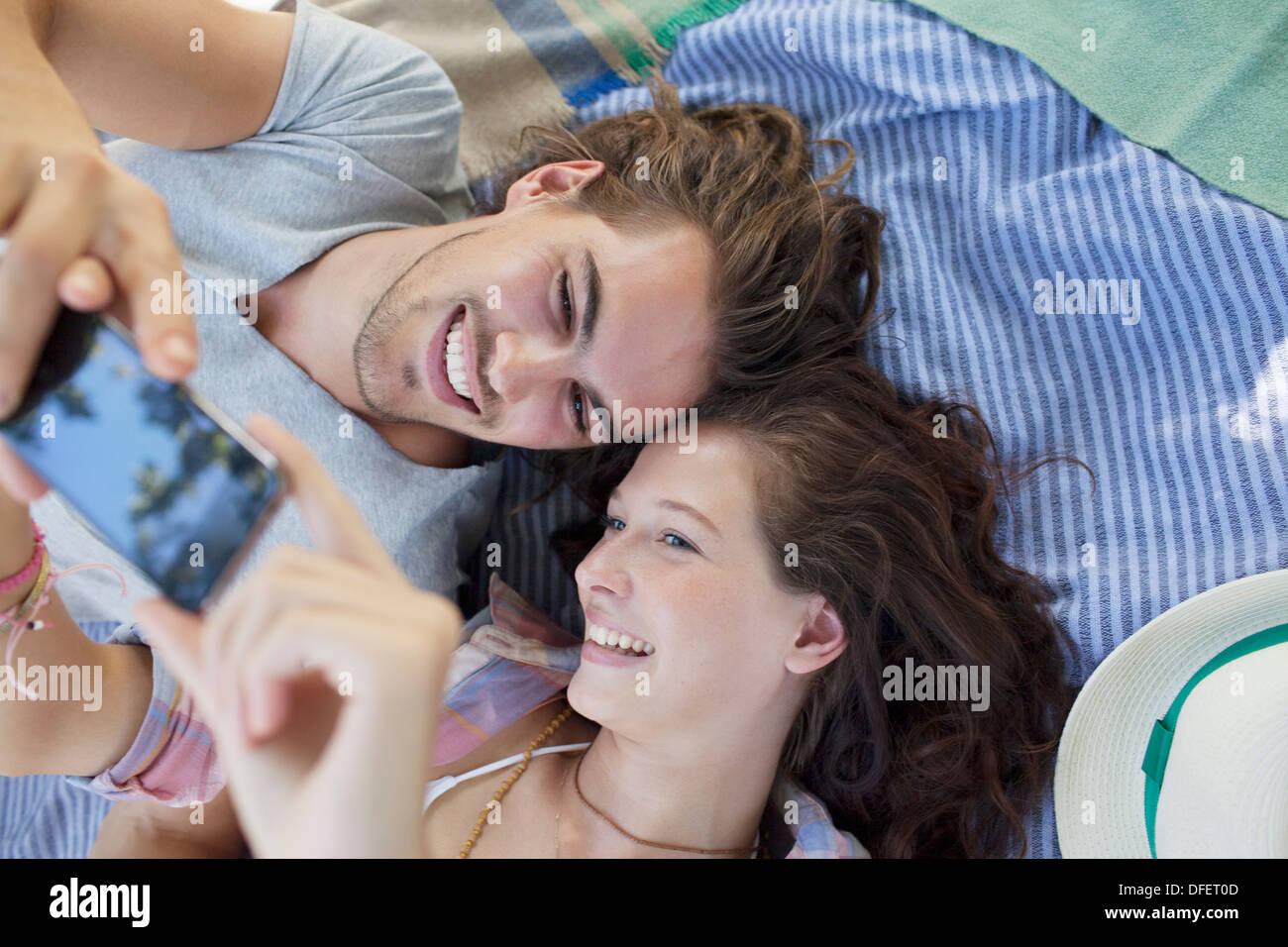Giovane tenendo autoritratto con la fotocamera del telefono Immagini Stock