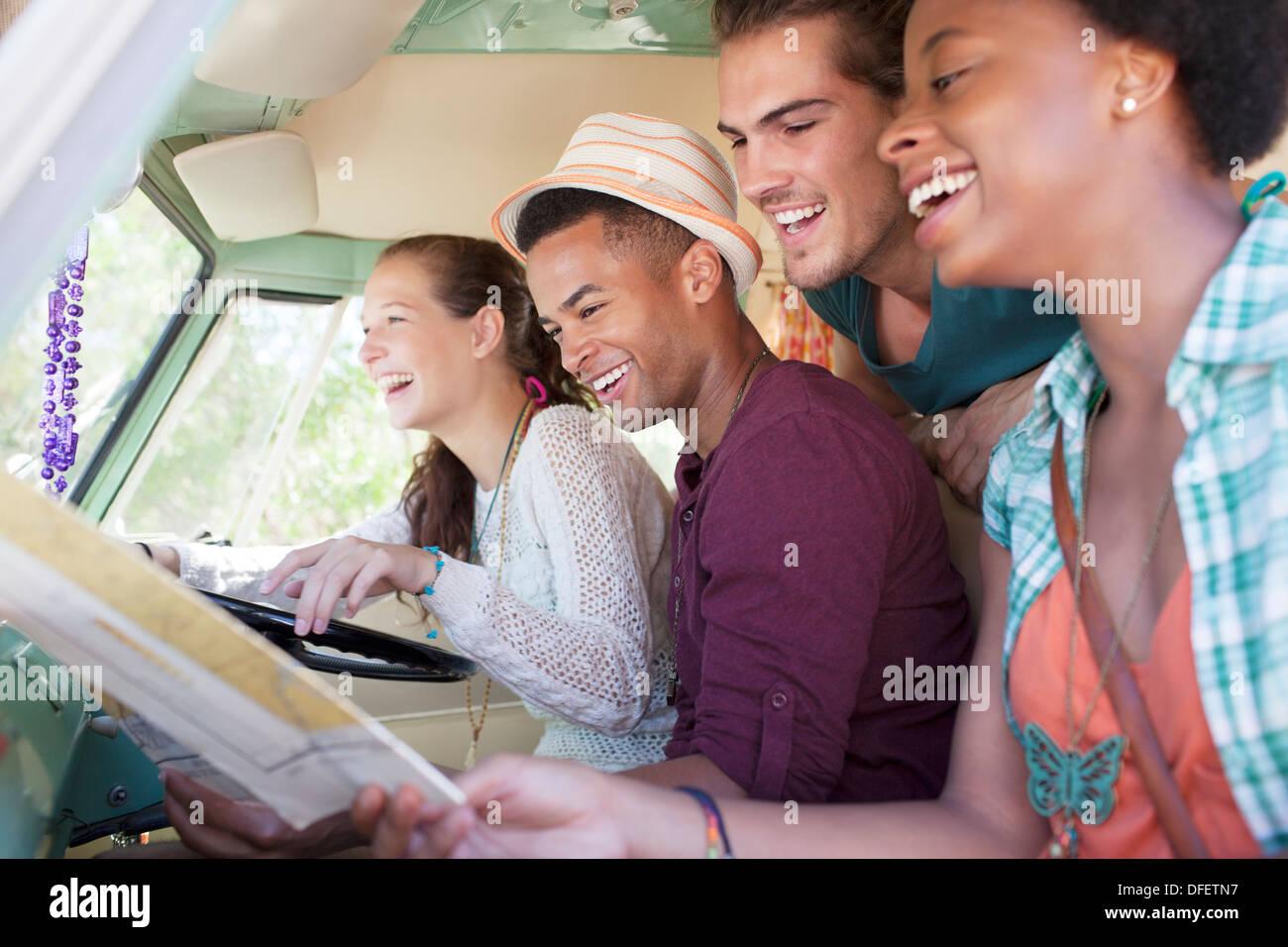 Amici sorridente in van Immagini Stock