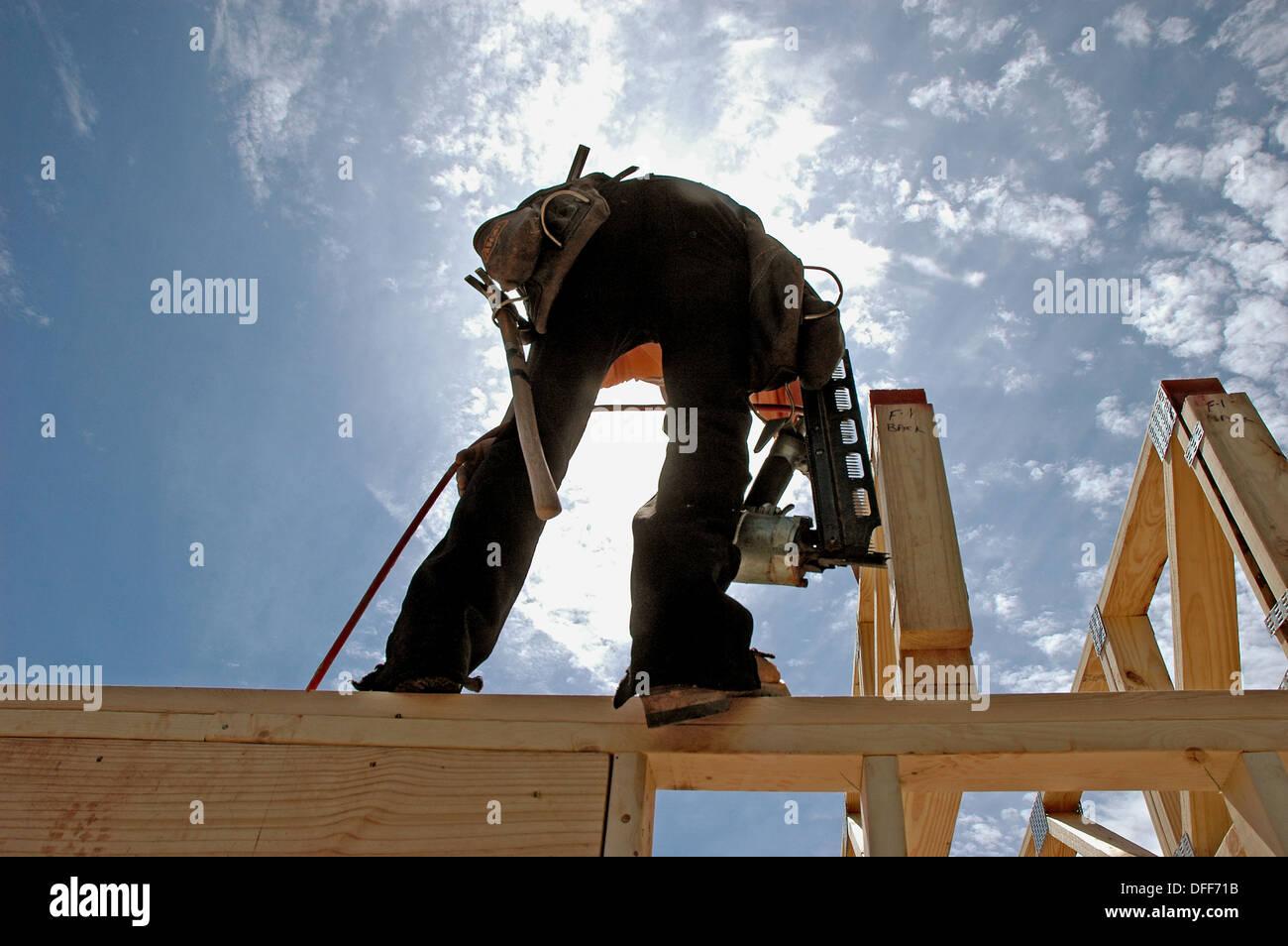 Inquadratura ruvida equipaggio dal Messico e Guatemala lavoro ad Atlanta, Georgia, STATI UNITI D'AMERICA) sulla casa di nuova costruzione Immagini Stock