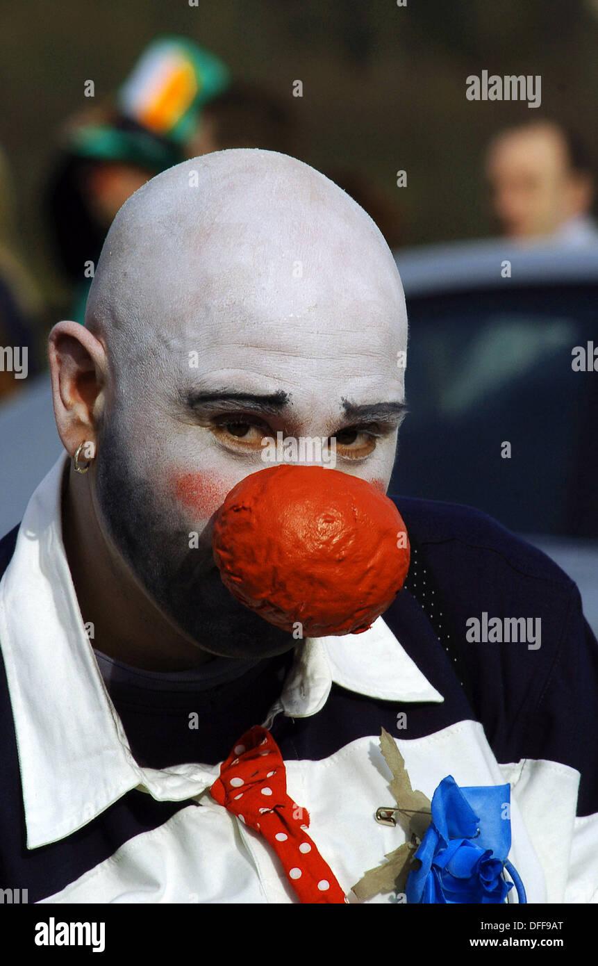 Clown con grande naso rosso e bianco di fronte a san Patrizio parade 3e8469aa33c
