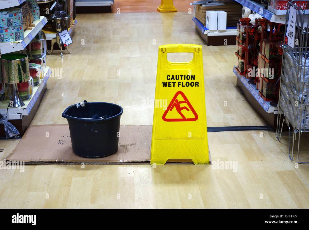 Un messaggio di attenzione ' pavimento bagnato ' avviso in un negozio Immagini Stock