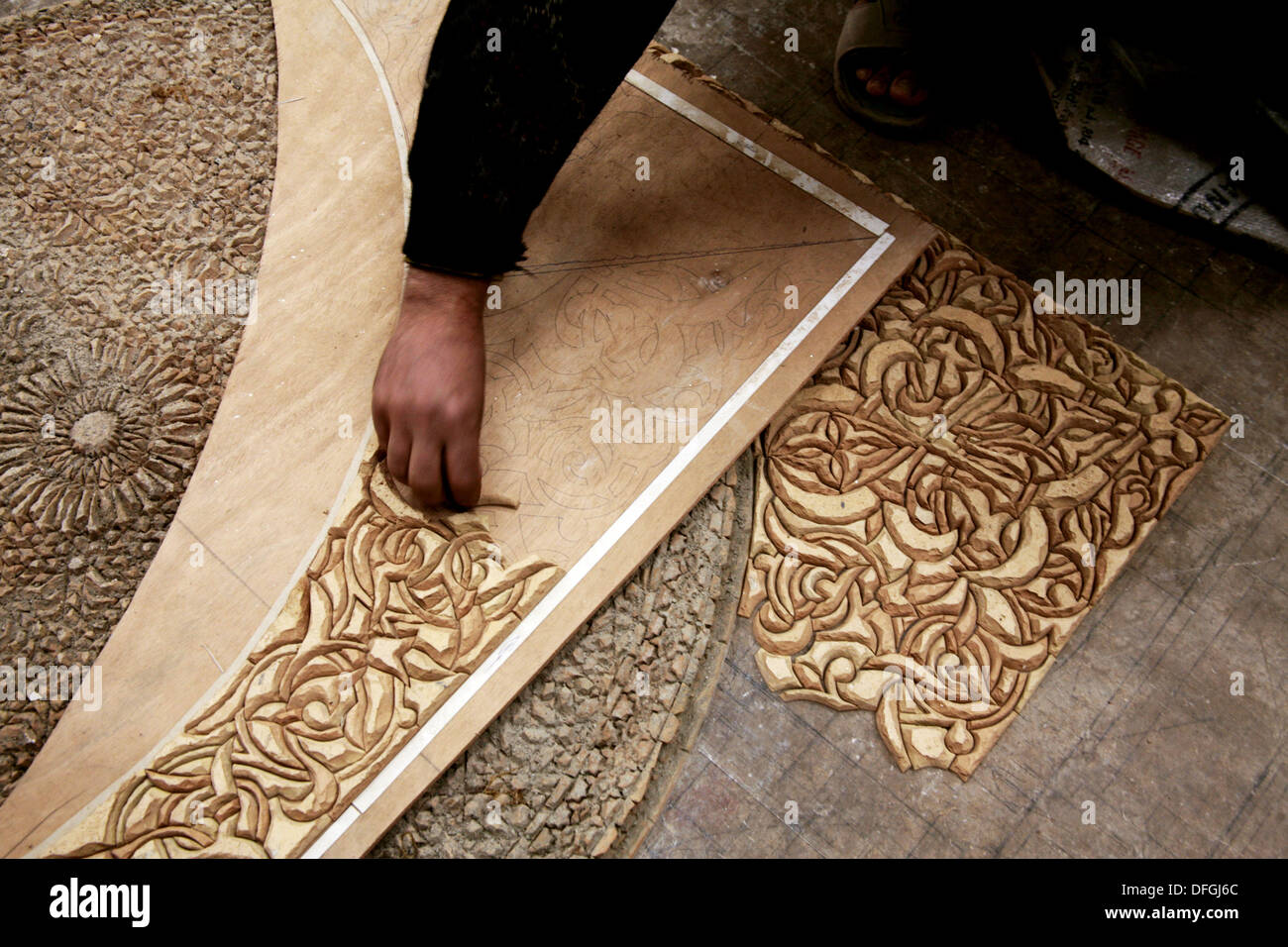 Il taglio di zellige piastrelle ceramiche presso il
